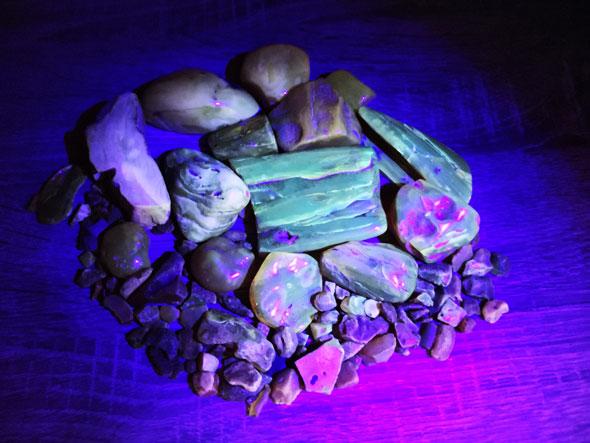 янтарь под лучами ультрафиолета
