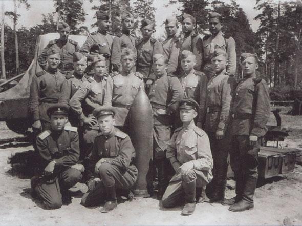 Капитан Растихин Б.А., первый ряд крайний справа.
