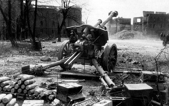 Брошенное орудие и боеприпасы в Кёнигсберге 1945 г.