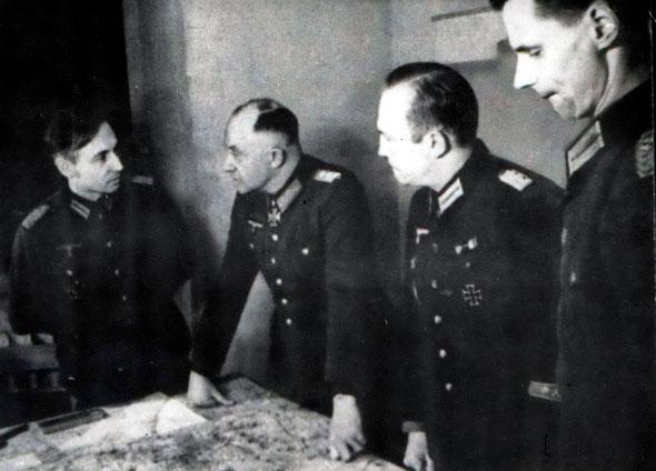 Отто фон Ляш, комендант города-крепости Кёнигсберг, принимает решение о капитуляции на своём командном пункте в бункере.
