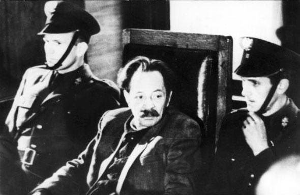 Эрих Кох в зале суда под охраной