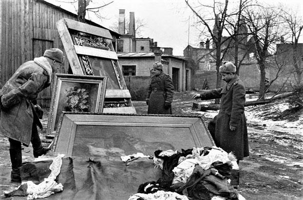 Обнаруженные художественные ценности перед отправкой в СССР