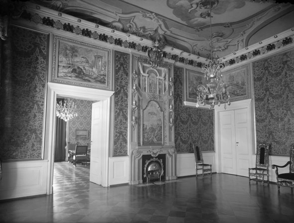 Зал Ордена Чёрного орла с камином, императорский кабинет, спальня, гардеробная.